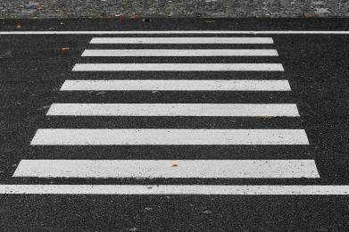 Piesi na pasach - jakie zasady obejmują kierowców?