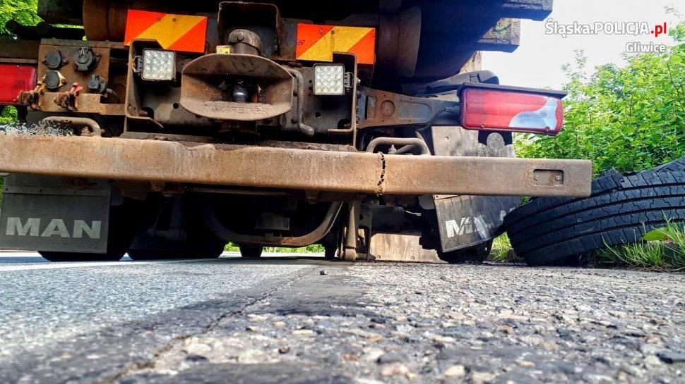 Ciężarówką, bez opony, jechał i niszczył jezdnię